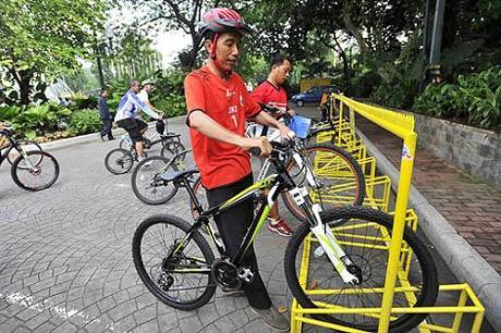 Ketika masih menjabat Gubernur DKI Jakarta, Joko Widodo juga mengkampanyekan moda transportasi sepeda. (Foto: Antara/Wahyu Putro)